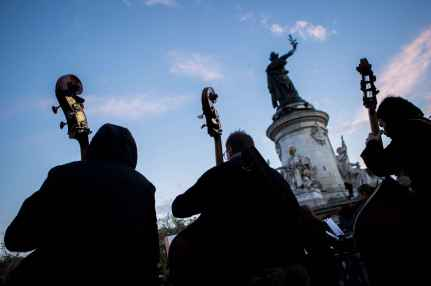 2048x1536-fit_contrebasses-orchestre-debout-30-avril-place-republique